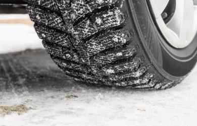 Däck med dubbar på snöig väg